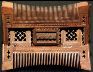 Pivoting carved comb from 16th century France